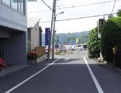 3.50メートルほどで左に診療所の看板が見えます。入口は看板手前、駐車場は7台分あります。
